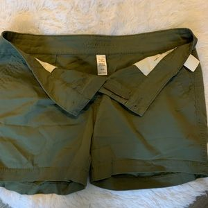 ✨Maurice's Sz 15/16 Army green shorts.✨